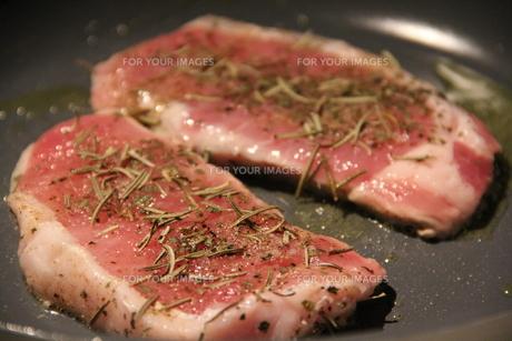 ステーキを焼いているの写真素材 [FYI00089325]