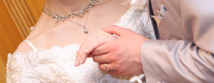 手を握る新郎新婦の写真素材 [FYI00089415]