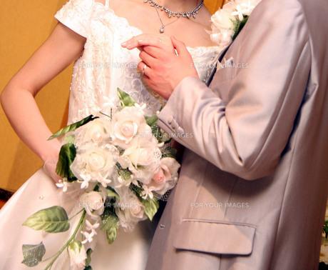 手を握る新郎新婦の写真素材 [FYI00089424]