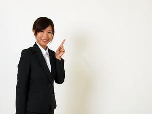 指を立てるビジネスウーマンの写真素材 [FYI00089452]