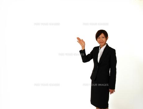 指し示すビジネスウーマン の写真素材 [FYI00089459]