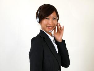 インカムをつけた笑顔のテレフォンアポインターの写真素材 [FYI00089467]