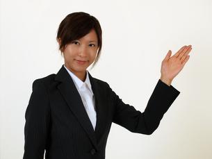 指し示すビジネスウーマン の写真素材 [FYI00089468]