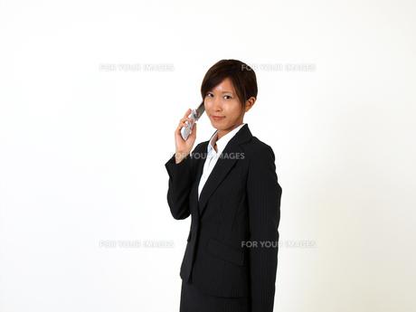 携帯電話で話をするビジネスウーマンの写真素材 [FYI00089482]