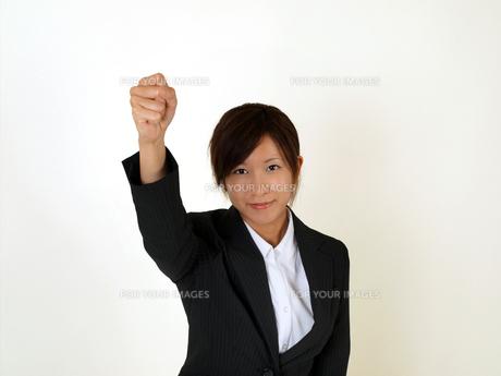 ガッツポーズをするビジネスウーマンの写真素材 [FYI00089487]
