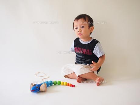 おもちゃで遊ぶ子どもの写真素材 [FYI00089491]