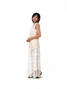 白いノースリーブの女性の写真素材 [FYI00089496]