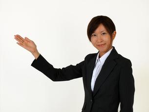 指し示すビジネスウーマン の写真素材 [FYI00089505]