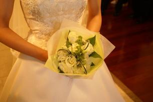 ブーケを持つ花嫁の写真素材 [FYI00089509]