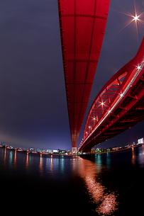赤い神戸大橋の夜景(縦1)の写真素材 [FYI00089540]