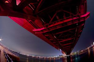 赤い神戸大橋の夜景(横2)の写真素材 [FYI00089544]