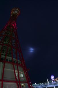深夜のポートタワー側面(縦1)の写真素材 [FYI00089551]