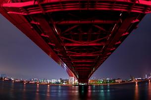 赤い神戸大橋の夜景(横3)の写真素材 [FYI00089556]