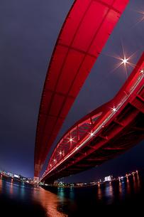 赤い神戸大橋の夜景(縦2)の写真素材 [FYI00089570]