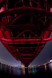 赤い神戸大橋の夜景(縦3)の写真素材 [FYI00089574]