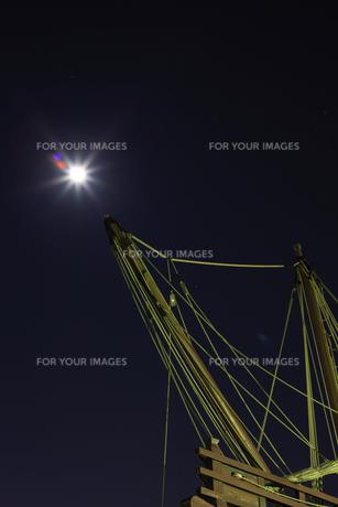 マストと月光2の写真素材 [FYI00089598]