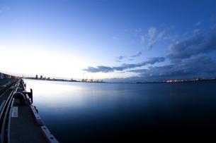 埠頭の夜明けの写真素材 [FYI00089633]