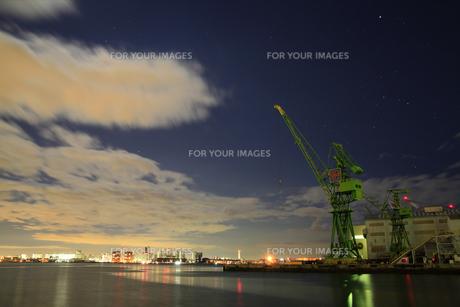 深夜の港湾クレーン-横-の写真素材 [FYI00089638]