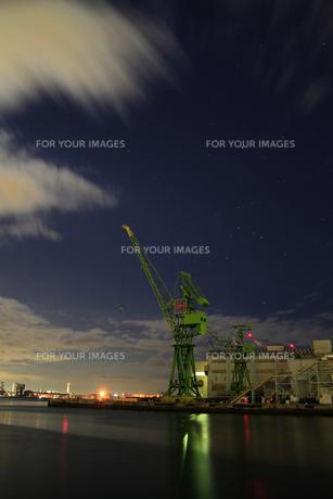 深夜の港湾クレーン-縦-の写真素材 [FYI00089647]
