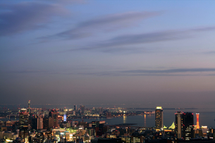 夕暮れのメリケンパーク界隈を六甲山から臨む(横)の写真素材 [FYI00089648]