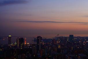 夕日に染まる神戸市内/六甲山から(横)の写真素材 [FYI00089650]