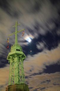 旧新港第5突堤信号所-夜景-縦-の写真素材 [FYI00089652]