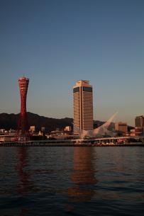 ポートタワー/ホテルオークラ夕景-縦-の写真素材 [FYI00089658]