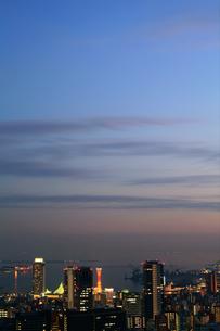 夕暮れのハーバーランド界隈を六甲山から臨む(縦)の写真素材 [FYI00089662]