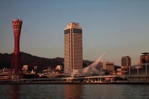ポートタワー/ホテルオークラ夕景-横-の写真素材 [FYI00089665]