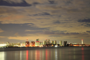 輝くポートアイランド夜景-ビル群-横-の写真素材 [FYI00089671]