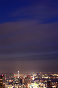 日没直後の三宮界隈を六甲山から臨む(縦)の写真素材 [FYI00089673]