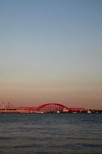 神戸大橋の夕景-縦-の写真素材 [FYI00089683]