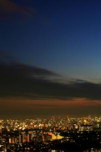 日没直後の町並みを六甲山から臨む(縦)の写真素材 [FYI00089699]
