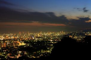 日没直後の町並みを六甲山から臨む(横)の写真素材 [FYI00089709]