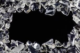 さざれ水晶(黒センター・コピースペース)の写真素材 [FYI00089872]