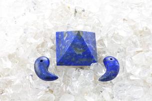 ラピスラズリ/ピラミッドと勾玉/さざれ水晶の写真素材 [FYI00089874]