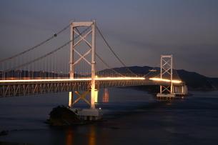 大鳴門橋の夜景-横-近景の写真素材 [FYI00089933]