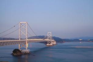 大鳴門橋の夕景-横-近景の写真素材 [FYI00089939]