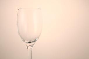 ワイングラス-横7/右スペース(薄ピンク背景)の写真素材 [FYI00089941]