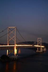 大鳴門橋の夜景-縦-近景の写真素材 [FYI00089942]
