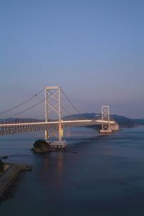 大鳴門橋の夕景-縦-近景の写真素材 [FYI00089948]