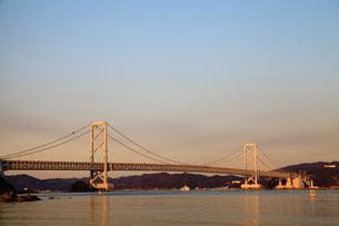大鳴門橋の夕景-横-の写真素材 [FYI00089951]