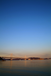 大鳴門橋の夕景-縦-の写真素材 [FYI00089976]