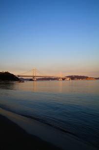 大鳴門橋の夕景と波打ち際-縦-の写真素材 [FYI00089981]