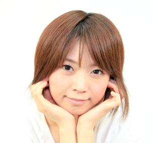 頬杖の若い女性の写真素材 [FYI00090523]