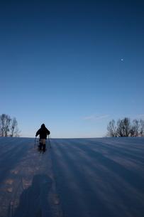 夕暮れの雪原の写真素材 [FYI00090777]