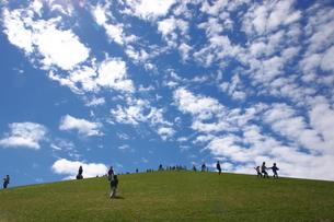 青空の丘の写真素材 [FYI00091133]