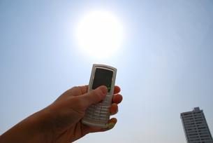 太陽と携帯電話の写真素材 [FYI00091483]
