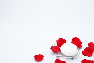 丸い石鹸と花びら3の写真素材 [FYI00091495]