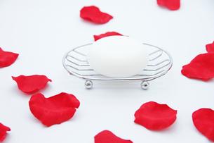 丸い石鹸と花びら1の写真素材 [FYI00091501]
